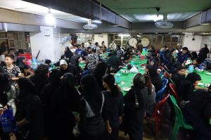 In the basement of the Shia mosque food is being served after prayer (Photo by Judith Beyer)